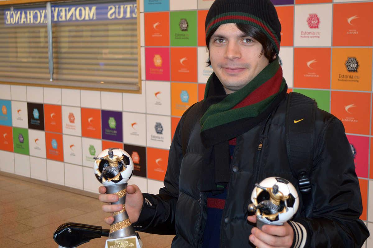Irakli Logua Tallinna lennujaamas FC Flora 2013. aasta parima mängija ja parima söötja karikatega.