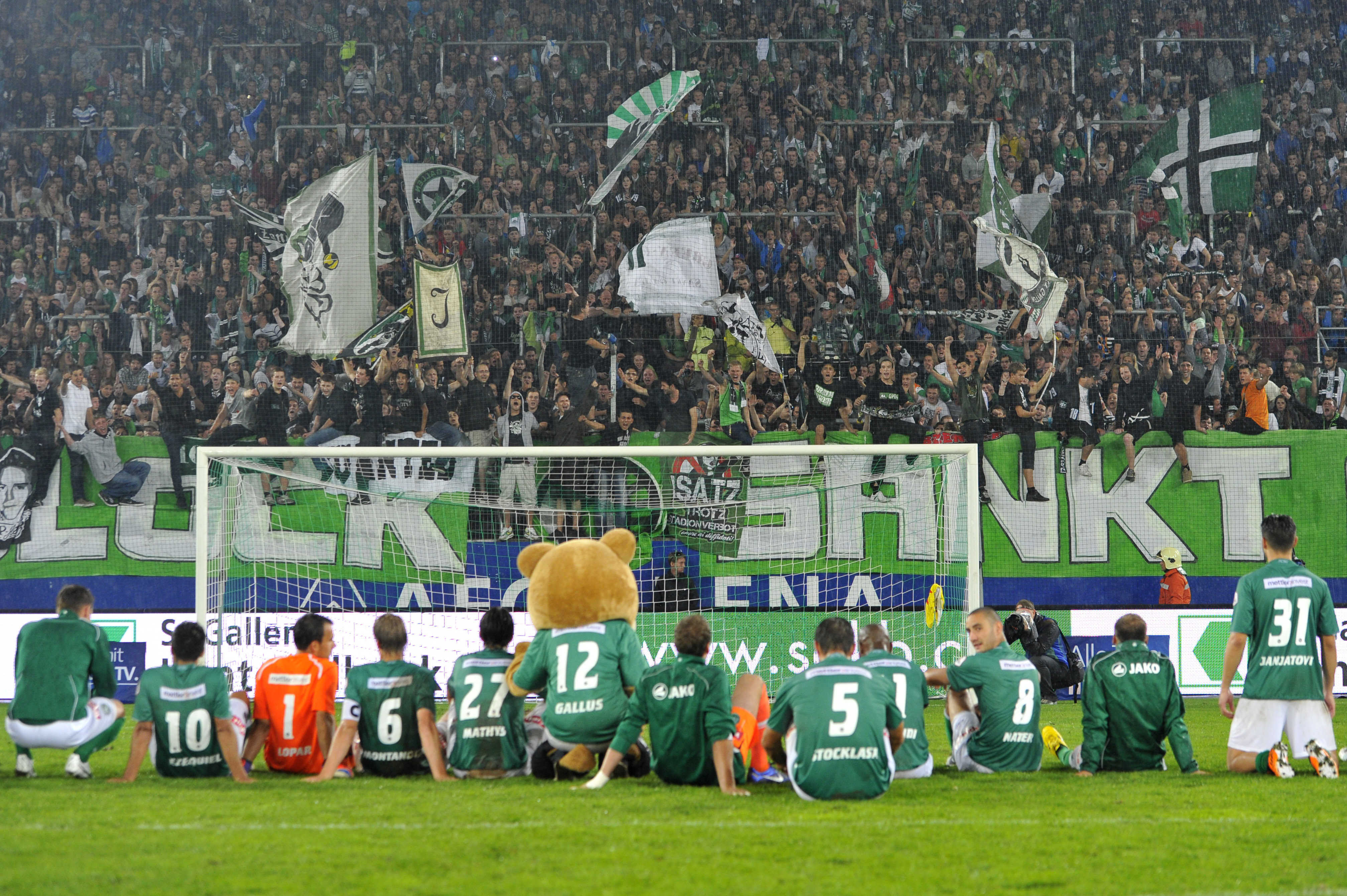 St. Gallen Fans jubeln mit der Mannschaft nach Spielschluss